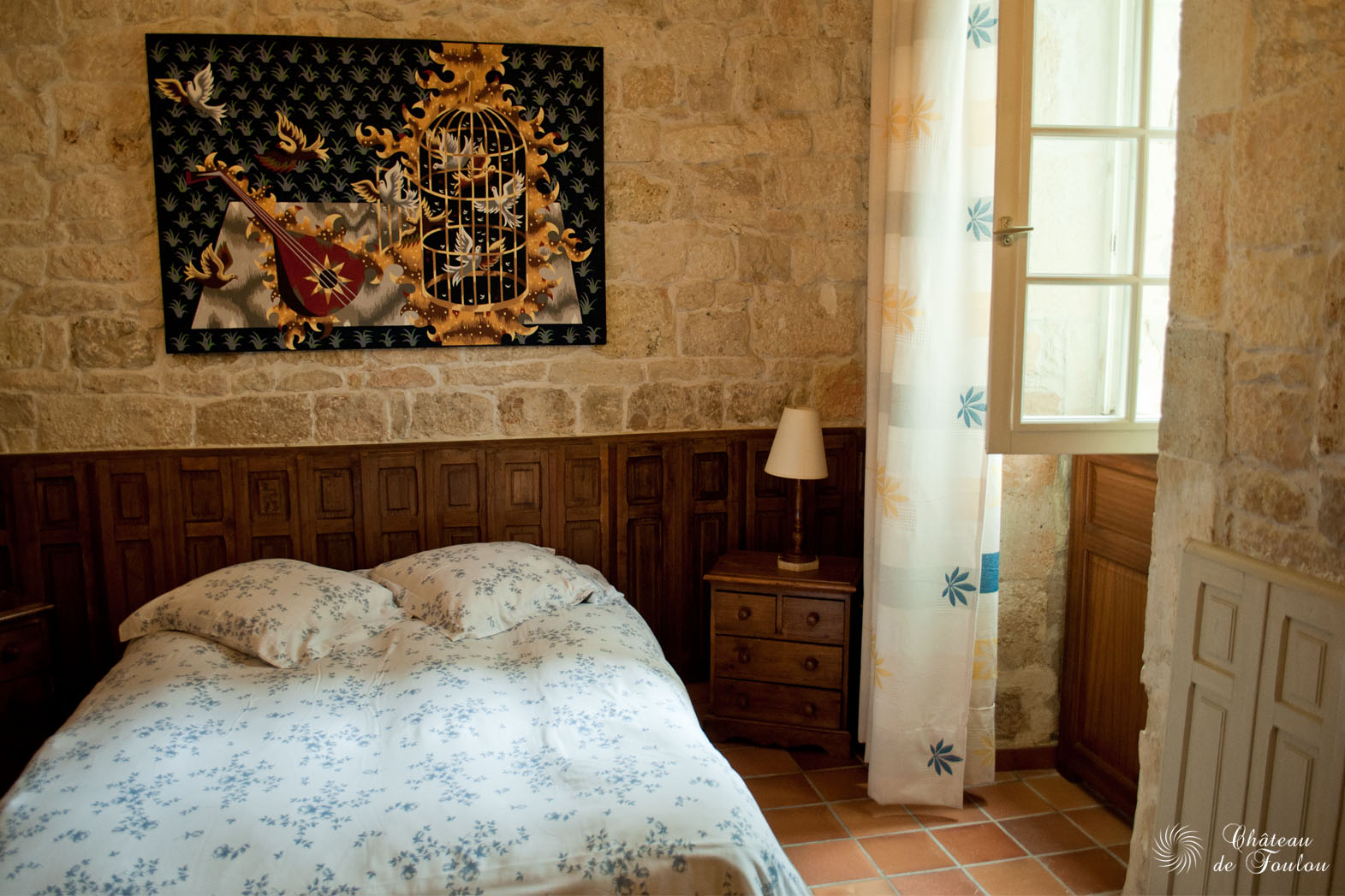 http://www.chateau-de-foulou.com/wp-content/uploads/2014/05/roomtour02.jpg