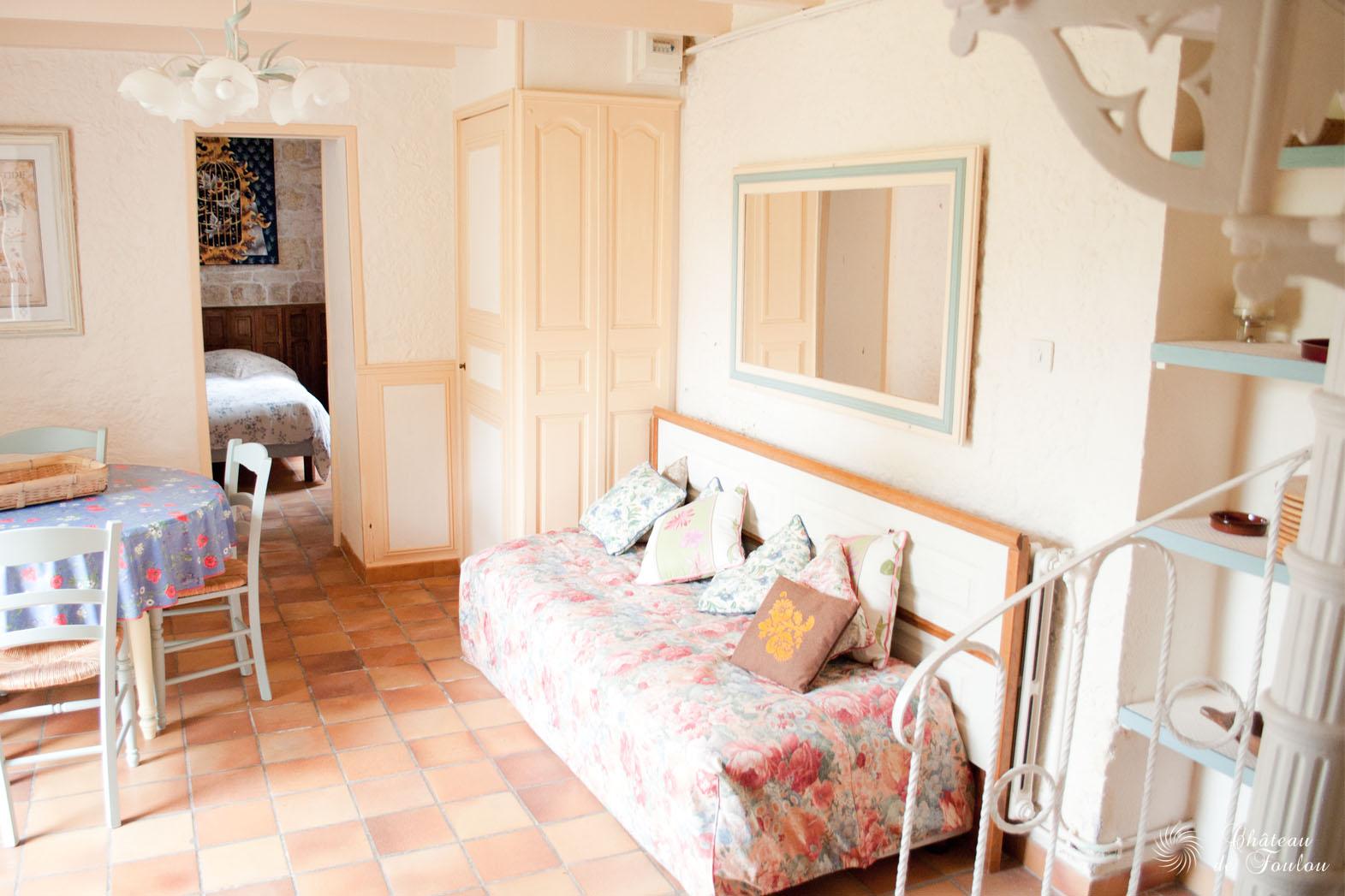 http://www.chateau-de-foulou.com/wp-content/uploads/2014/05/roomtour03.jpg