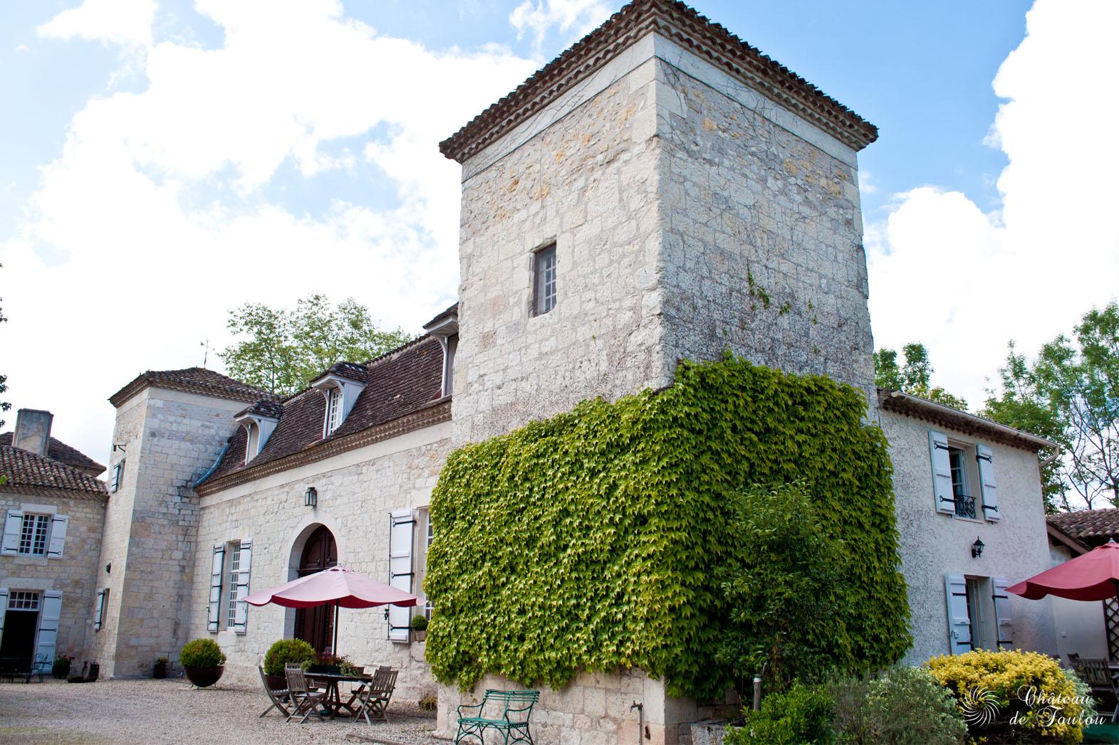 http://www.chateau-de-foulou.com/wp-content/uploads/2014/05/roomtour10.jpg